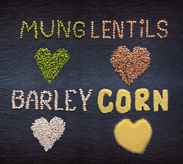 暗い石の背景に穀物のセット。ムング、レンズ豆、大麦、コーングリッツ。
