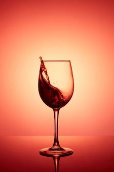 一杯のワイン。赤ワインの抽象的な水しぶき。