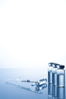Ампулы, флаконы, шприц. медицинские инъекции, заболевания, здравоохранение, диабет, инсулин. шприц с жидкими вакцинами готовится сделать укол. медицинское оборудование. медицинское образование с копией пространства
