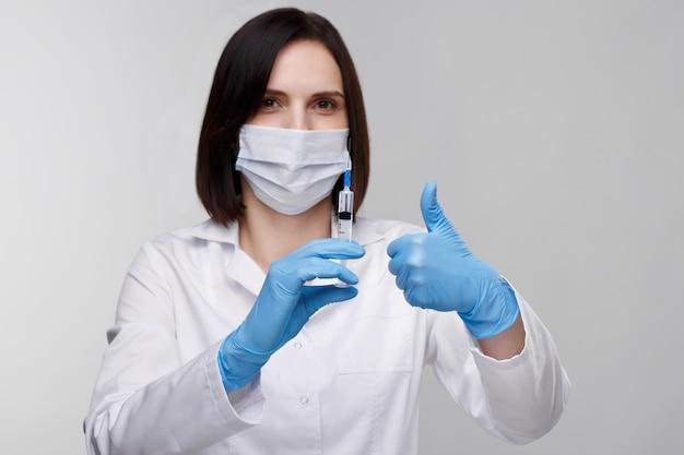 Медицинские инъекции, болезни, здравоохранение, наука, диабет. врач или медсестра в больнице, держа шприц с жидкими вакцинами, готовится сделать инъекцию. медицинское оборудование. люди в белой форме, халате