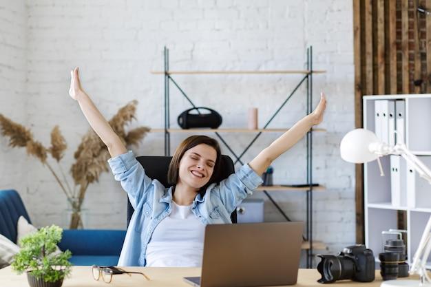 ノートパソコンで笑顔の女性フリーランサーの肖像画
