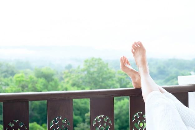 Расслабьте ноги молодой женщины, лежащей на мягкий матрас.