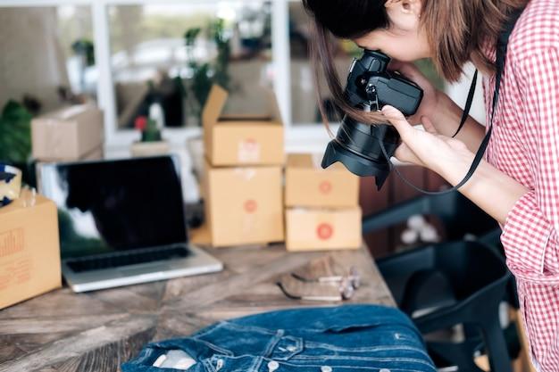 オンライン販売者は、ウェブサイトのオンラインショップにアップロードするための製品の写真を撮る。