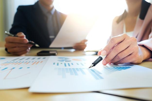 スタートアップのビジネスチームワークミーティングは、マーケティングデータを分析します。