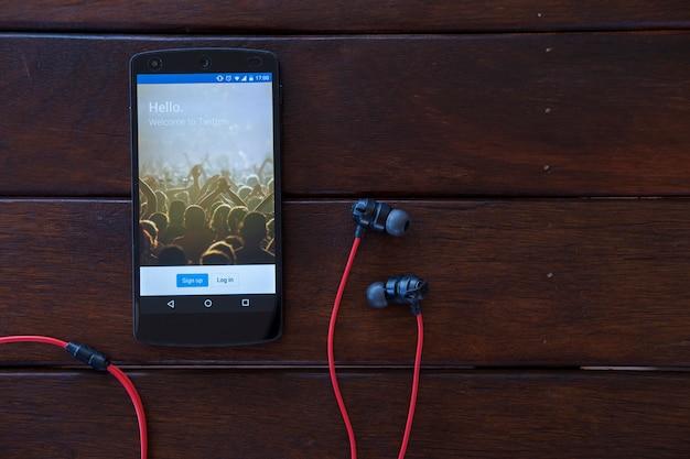 Мобильный телефон на деревянном столе.