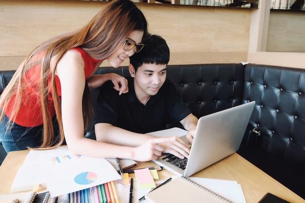 若い女性と男は、試験や試験のために勉強しています。