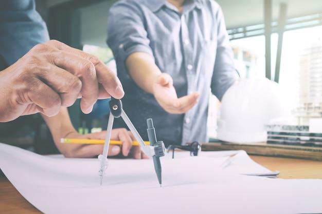 パートナーと協力して建築プロジェクトを行うエンジニア会議