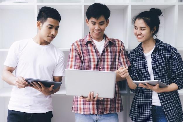 若い女性と男は、試験や試験のために勉強しています。研究グループ。