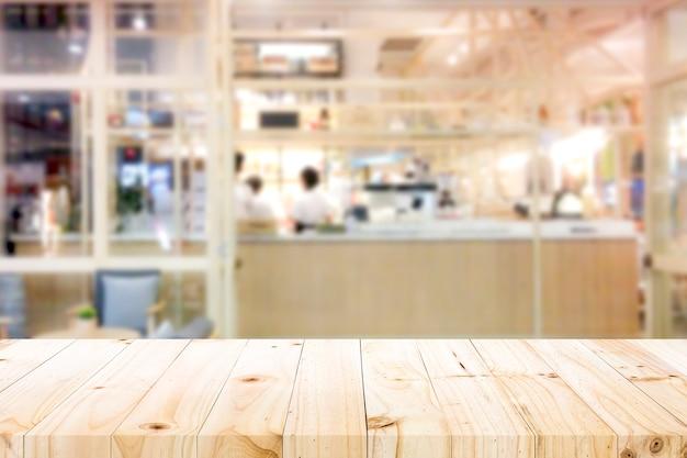 Деревянная столешница на фоне кафе.