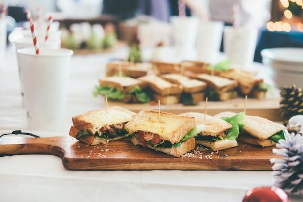 パーティーのためにサービスするテーブルのサンドイッチ。