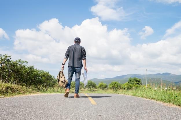 夏休みとライフスタイルハイキングアドバンテージの旅行コンセプト。