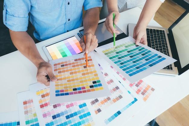 Дизайнеры проводят мозговой штурм.