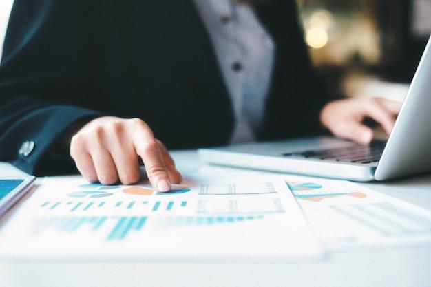 ビジネスのスタートアップは、高性能データを分析します。