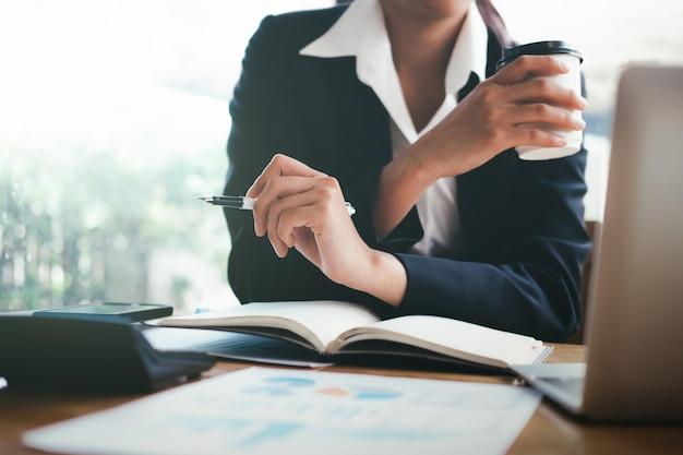 ビジネス女性はマーケティング投資データを分析します。