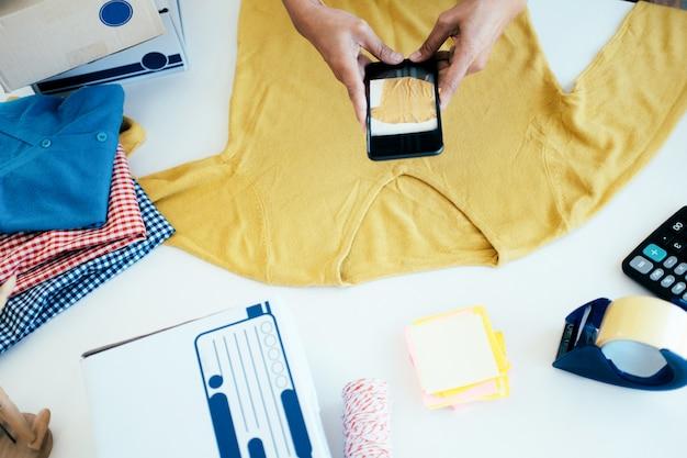 オンライン販売者の携帯電話は、製品の写真を撮る