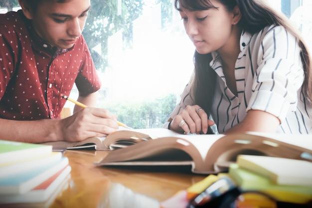 若い学生キャンパスは、友達が追いつくことと学習するのを助けます