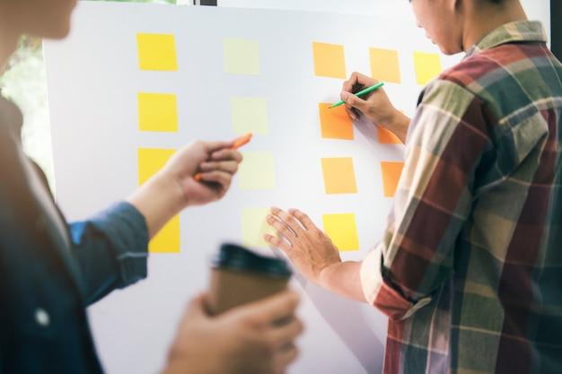 Команда дизайнера работает в офисе.