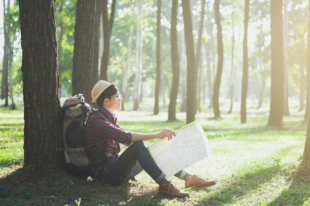 バックパックが屋外でリラックスしている旅行者。
