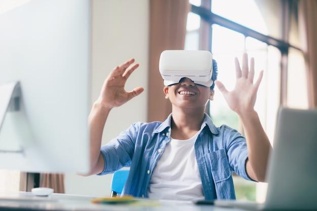 仮想現実の眼鏡を持つプログラマーの開発者。