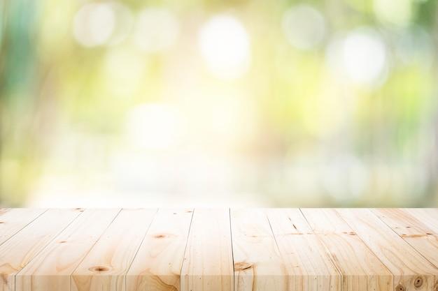 緑色のボケがある現在の製品用の空のテーブル。