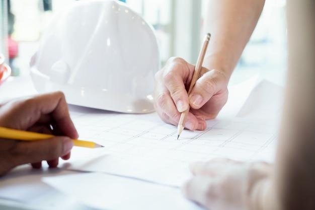 パートナーとの建築プロジェクトのエンジニア会議