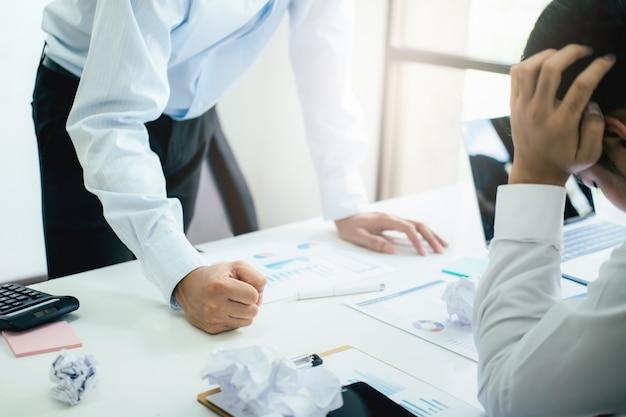 パートナーと真剣な議論を責めるビジネスチームワーク。
