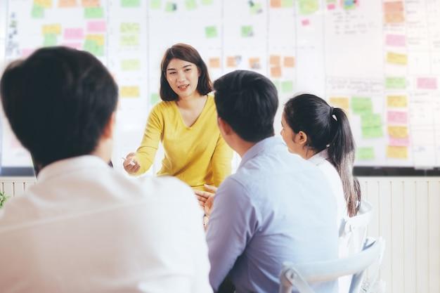 若いスタートアップビジネス人々チームワークブレインストーミング会議。