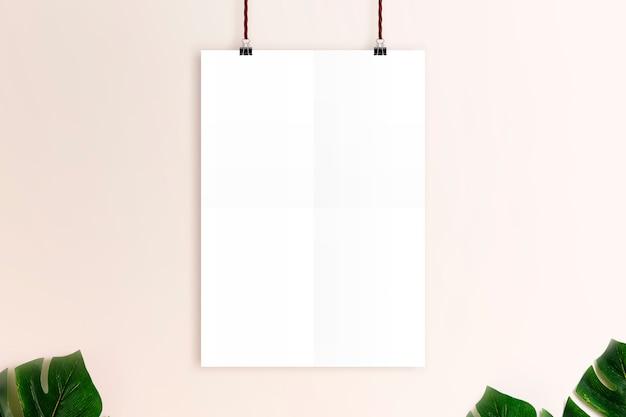 さびたピンクの壁の背景にモックアップホワイトポスター。