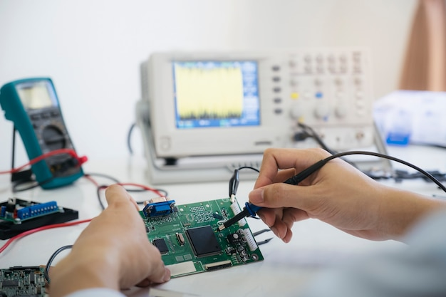 技術者が電子機器を確認します。