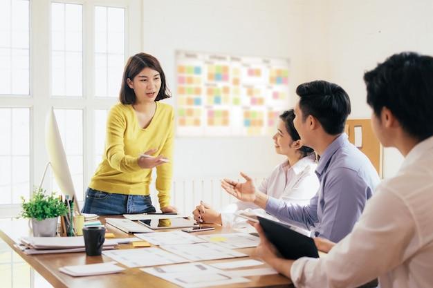 ビジネスチームワークと教育の概念。