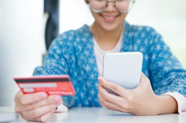 オンラインショッピングのお客様はクレジットカードで支払います。