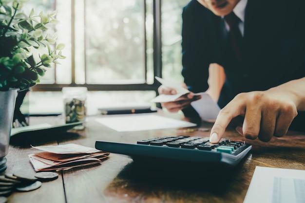 会計士または銀行家が現金請求書を計算する
