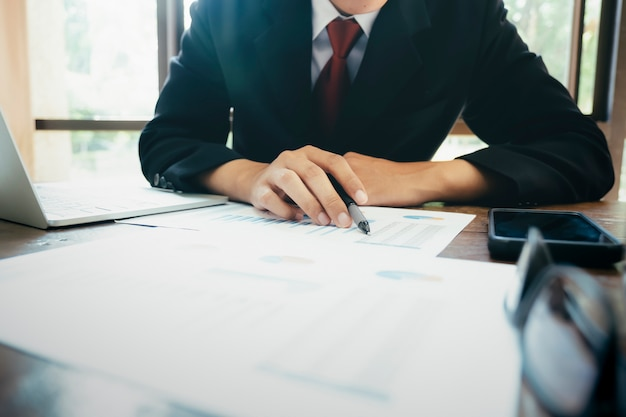 Бизнесмен анализирует данные инвестиционного маркетинга