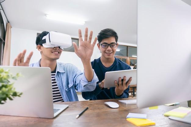 Ит-инженер и программист тестируют программное обеспечение и работают с виртуальной гарнитурой.