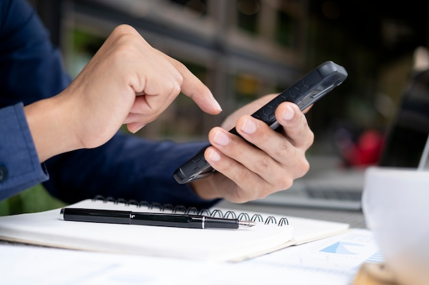 ビジネス、教育、コミュニケーションのためのオンラインコネクトテクノロジーの使用。