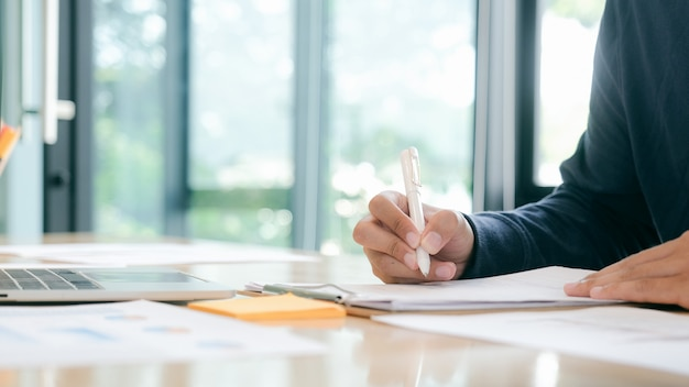 ビジネスマンは、投資マーケティングデータを分析します。