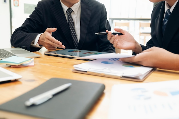 投資を議論するビジネスマンチームワーク会議。