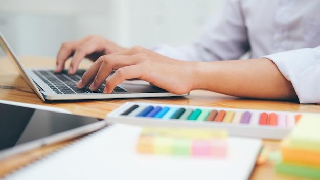 Использование технологии онлайн-соединения для бизнеса, образования и общения.