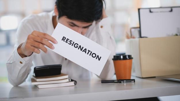 仕事の変更、失業、辞任。