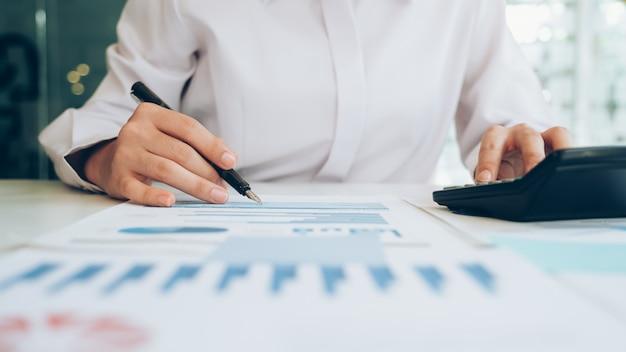 Бизнесмен анализировать данные инвестиционного маркетинга.
