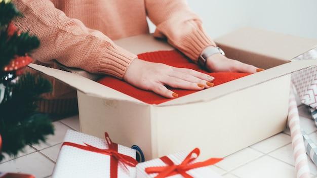 クリスマスと新年のプレゼントを準備する女性。
