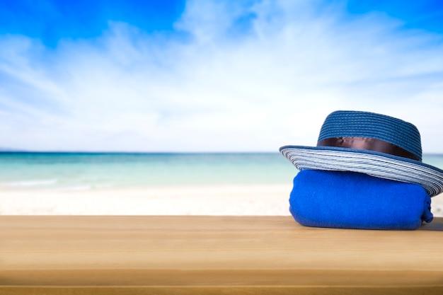 海と青空の背景に青い塔の上に青い帽子