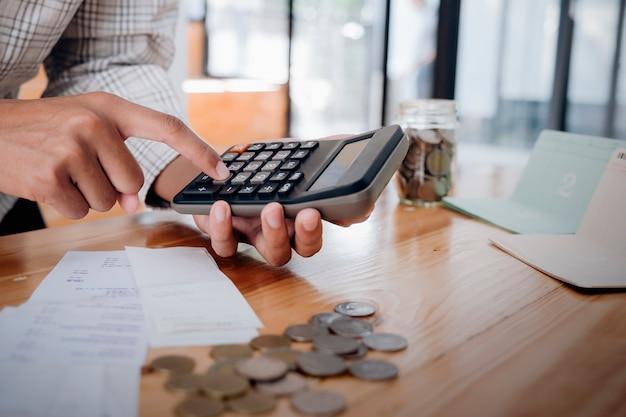 Бухгалтер или банкир рассчитывают денежный счет.
