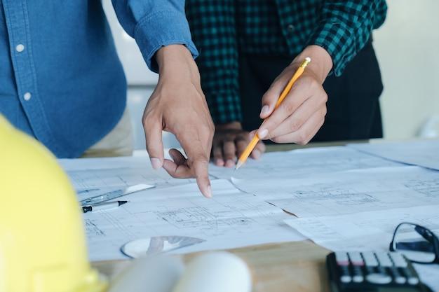 建築プロジェクトのエンジニア会議
