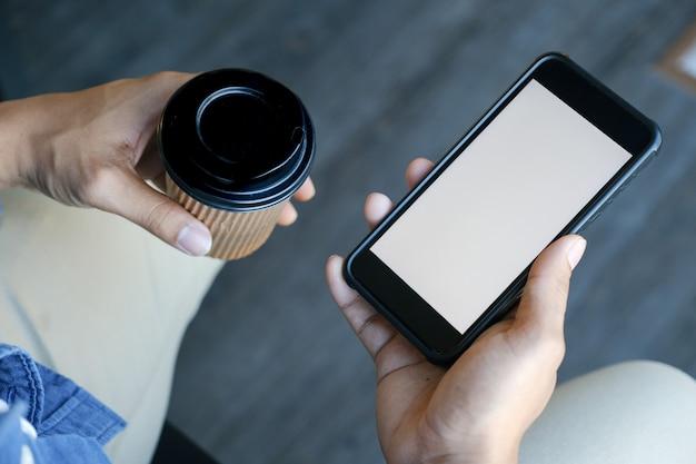 スマートフォンを持っている人間の手のクローズアップ。