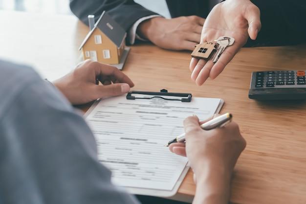 新しい家の契約に署名する顧客。