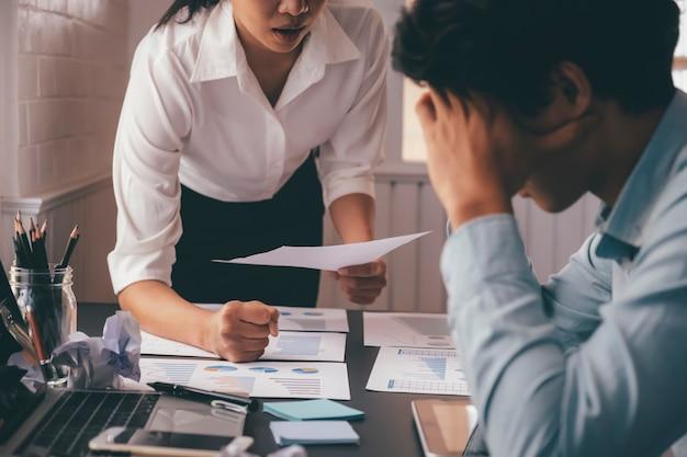 ビジネスチームワークの非難パートナーと真剣な議論。