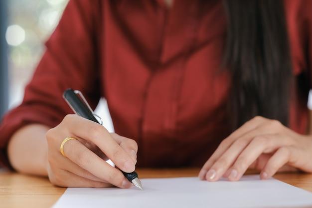 契約書に署名する実業家。
