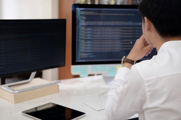 プログラマーはコーディングおよびプログラミングソフトウェア