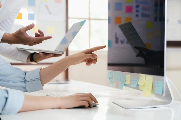 Команда разработчиков программного обеспечения работает над новым проектом компьютерного программного обеспечения